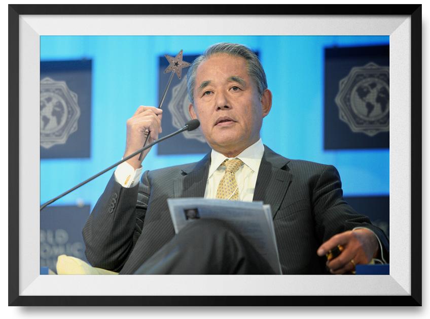 Yasuchika Hasegawa presentando nuevas soluciones farmacéuticas.
