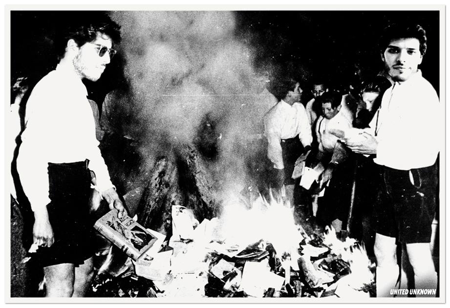 Ignacio Fuentes, presidente de Nuevas Generaciones en Sant Cugat del Vallès, quemando libros de Enric Casasses y pelis de Willy Toledo