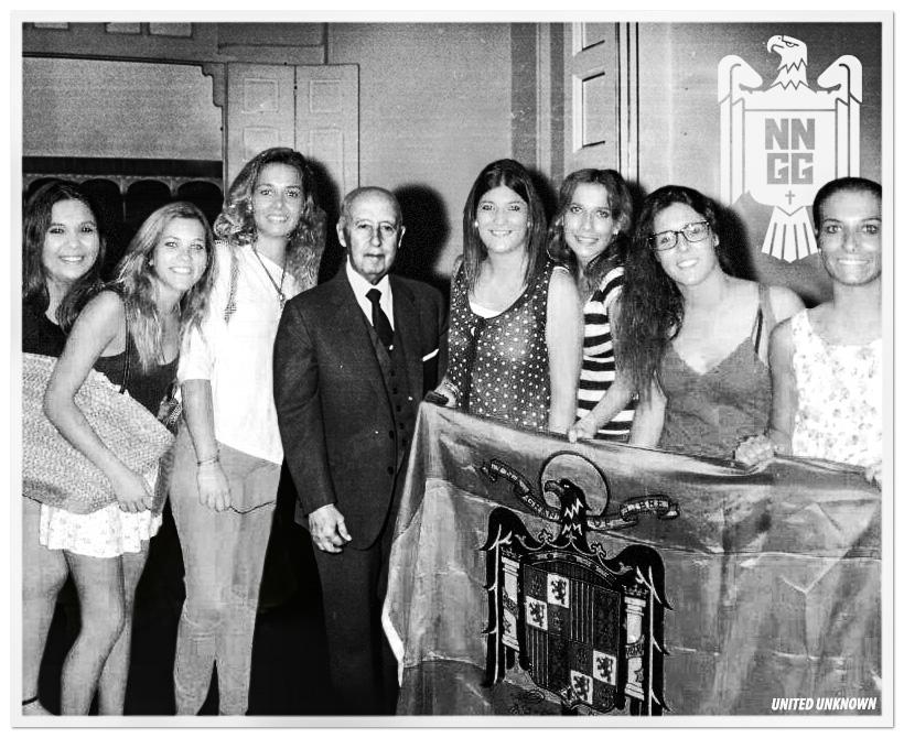 Paula Carda, militante de Nuevas Generaciones de Vila-real y sus amigas posan con tito Paquito